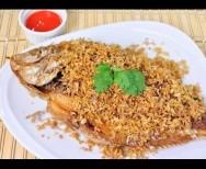 Gebakken vis in knoflook en peper (Pla kratiam)